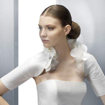Chic et féminin, ce boléro Jesus Peiro 2012 peaufine divinement l'allure de la mariée.