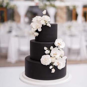 E um  bolo preto? Consideraria para o seu casamento? | Créditos: @flourandflourish