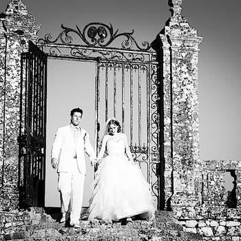 Le mot du photographe : Melody & Leif, pendant le cocktail au château de La Roche Courbon  Si cette photo est selon vous, LA PLUS BELLE PHOTO DE MARIAGE, laissez un commentaire ci-dessous en indiquant le n°13