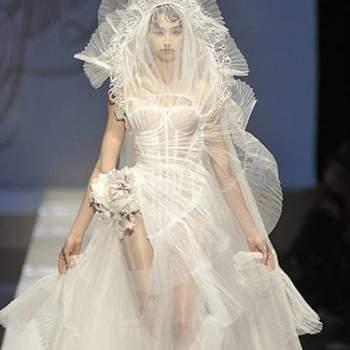 Mais parecido com uma obra de arte, este vestido recebeu muitas críticas e elogios. Polêmico assim, não era para menos.