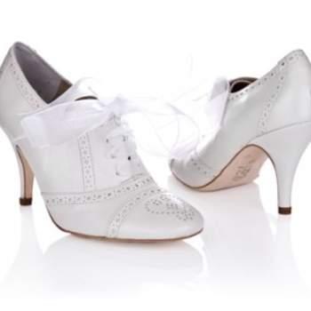 Chaussures basses à talons avec de ravissantes surpiqûres à l'avant et un joli ruban en guise de lacets. Source : Rachel Simpson 2012