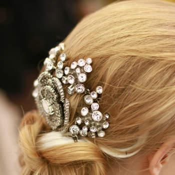 Les chignons bas avec des peignes-bijoux positionnés dans la coiffure de mariée sont le top du top cette saison.