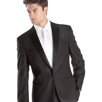A continuación algunas ideas para aquellos novios que no saben qué estilo usar en su boda. Foto de Tuxedo Sean John para novio, $399.99USD