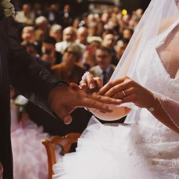 Photo : Damien Dollé -  Des moments phares aux détails émouvants, Damien capture chaque instant de votre mariage, le tout dans un esprit moderne et lifestyle. Cette photo de l'échange des alliances marque le début d'une nouvelle étape.