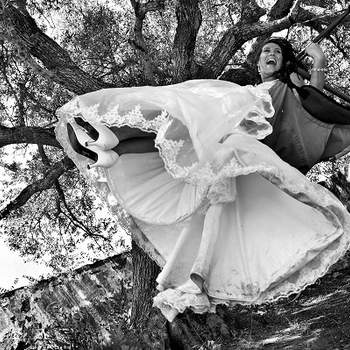 """«A alegria e sensação de voo que esta foto transmite, com ambos os noivos a """"flutuar"""", representa o casamento que os uniu - o começo de uma nova viagem em conjunto.»  www.nunopalhacasamentos.com"""