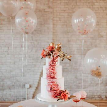 Foto: Green Wedding Shoes - Pastel blanco con tonos rosas y flores naranjas