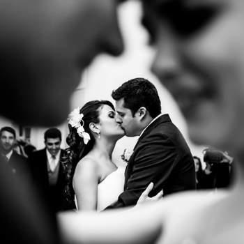 Essa foi a primeira dança no casamento da Elisa e do Demétrio, que aconteceu no Solar Real, em Santa Teresa. Emolduraram essa dança a irmã e o cunhado da Elisa, padrinhos do casamento. Esse casamento foi mágico. Tivemos um dia de muita emoção e a química entre esse casal é perfeita. Eles são incríveis juntos.