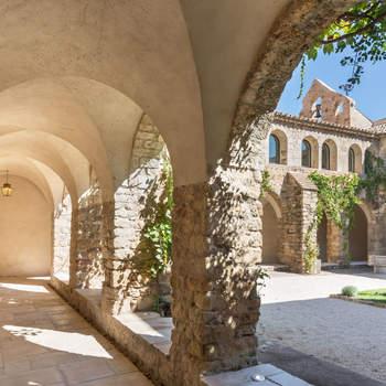 Photo : Château Sainte Roseline - Un véritable havre de paix qui ne pourra que vous charmer notamment grâce à son vignoble classé de plus de 110 hectares.