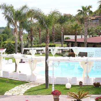 Tenuta Astroni: Gli spazi a bordo piscina sono versatili e ideali per accogliere banchetti o aperitivi all'aperto nei mesi più caldi dell'anno.