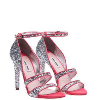 Sandales pailletées argentées avec une touche de rouge : ultra glamour. Source : Miu Miu