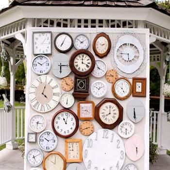 L'habillage d'un mur avec des horloges en vrac : effet vintage garantie ! - Focus Photography