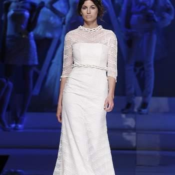 Robe longue fluide avec ceinture et manches 3/4. Photo : Barcelona Bridal Week