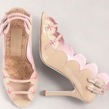 Très originale cette paire de chaussures Manolo Blahnik. Des brides à l'avant et au niveau du talon, effet bicolore et hauts talons : un résultat très glamour ! - Source : www.manoloblahnik.com