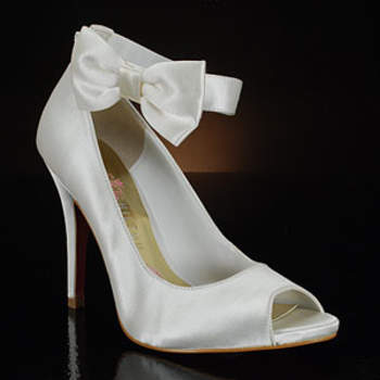 Que a Paris Hilton é envolvida no mundo da moda, todas nós sabemos! Mas você já viu a coleção dela de sapatos para noivas? Os modelos clássicos, mas com um toque moderno, com suas solas na cor rosa, são encantadores e verdadeiras inspirações para quem busca o par ideal.