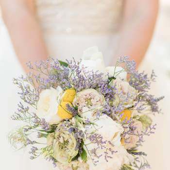 Bouquet de mariée fleurs blanches et bleues La Fabrique d'Etoiles Filantes