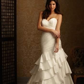 Un ajuste perfecto en tafetán. Este vestido tiene un escote corazón. La falda se crea a partir de capas de tafetán que se acaban con una costura delicada.