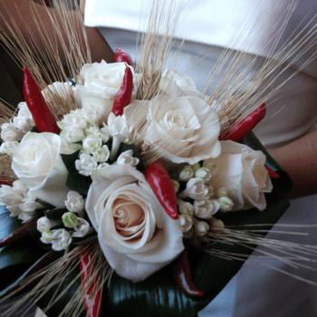 Algunas novias añaden elementos fuera de los común a sus ramos. Foto de agofilocucinafantasia.blogspot.