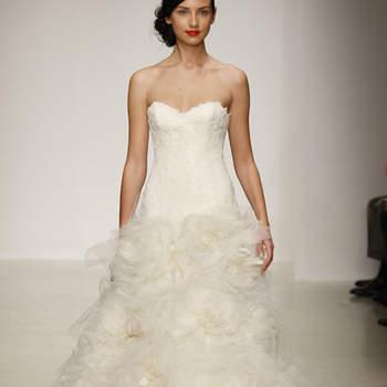 Robe de mariée bustier avec jupe volumineuse. Touche romantique pour cette robe de mariée Amsale 2013