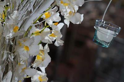 Centres de tables faits de fleurs et d'accessoires pour votre réception de mariage