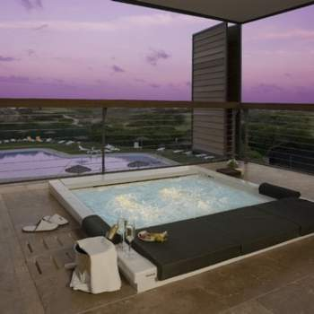 """¿No te gustaría poder darte un baño en una bañera con hidromasaje con vistas espectaculares desde tu propia habitación? En el Parador de El Saler ofrecen a los novios esa oportunidad en su noche de bodas. Foto: <a href=""""http://zankyou.9nl.de/wdbk"""" target=""""_blank"""">Paradores</a><img src=""""http://ad.doubleclick.net/ad/N4022.1765593.ZANKYOU.COM/B7764770.4;sz=1x1"""" alt="""""""" width=""""1"""" border=""""0"""" /><img height='0' width='0' alt='' src='http://9nl.de/xyl3' />"""