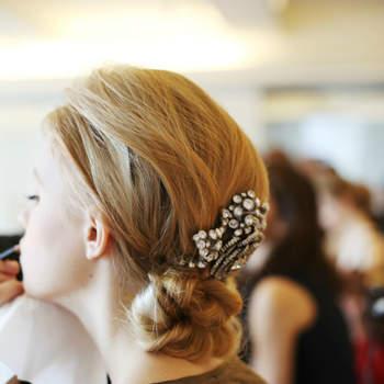 Les cheveux attachés permettent de jouer avec les accessoires de différentes tailles, tels que ce peigne bijou.