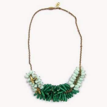 Magnifique collier d'émeraude et de pierres bleues pour faire la fête. Photo: Bijoux Circus.
