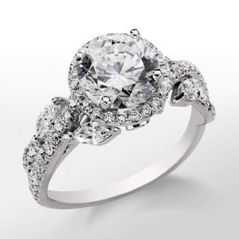 Anillo de compromiso de inspiración floral, de platino y diamantes, de la línea 'Romantic Collection' de Monique Lhuillier. Foto: Blue Nile