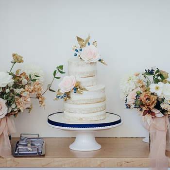 Os naked cakes continuam a ser uma opção de bolos de casamento muito procurada pelos noivos | Créditos: Eric Cheng Photography