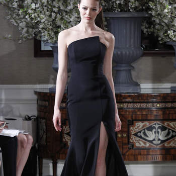Robe de mariée noire échancrée à l'avant.