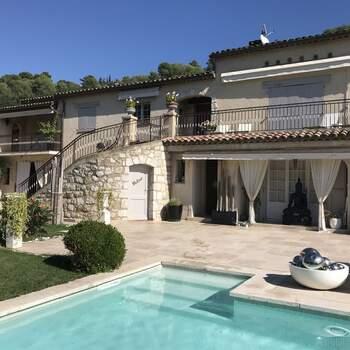 Photo : La Villa les Roses (06) - Aussi charmante que chaleureuse, cette villa vous reçoit dans une ambiance intimiste et conviviale. Pleine de charme et à la localisation idyllique - étant située en plein cœur de la Provence - vous y serez accueillis dans les meilleures conditions qu'il soit.