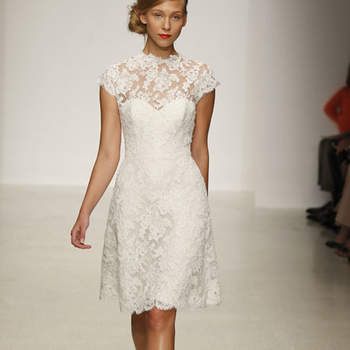 Robe de mariée courte avec de la dentelle en haut. Touche romantique pour cette robe Amsale 2013.