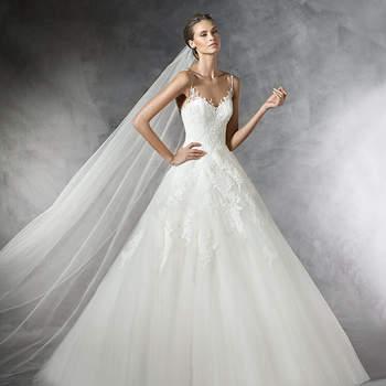 Requintado vestido de noiva de tule estilo princesa. Uma delicada ornamentação percorre o corpo do vestido com motivos de renda, guipura e detalhes em pedraria, especialmente nas finas alças desta criação de sonho.