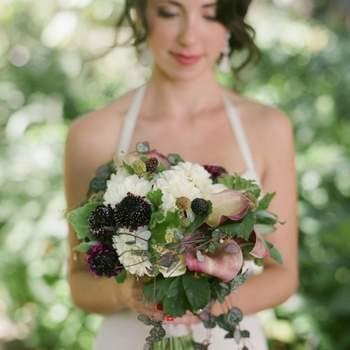 Un bouquet de mariée champêtre, ultra naturel. L'effet cascade donne beaucoup de chic au bouquet. - Source : Style Me Pretty
