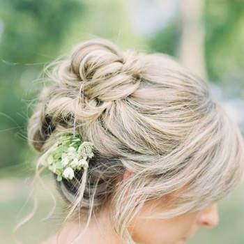 Cabelo de noiva preso com flores | Credits: Sawyer Baird Photography