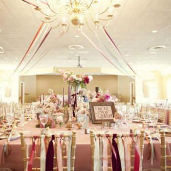 Rubans et couleurs : de très bons alliés pour la décoration de vos chaises. Source : Style Me Pretty