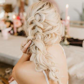Penteado para noiva com trança desconstruída   Foto: Karra Leigh Photo