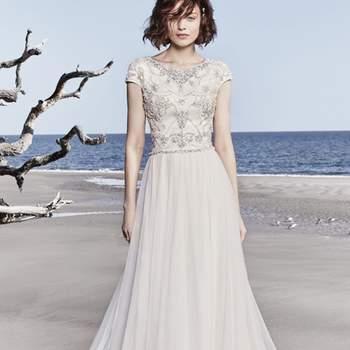 """<a href=""""https://www.maggiesottero.com/sottero-and-midgley/ezra-rose/11534"""">Maggie Sottero</a> <br>  Une jupe chic en tulle complète cette robe de mariée au style modeste d'inspiration vintage."""