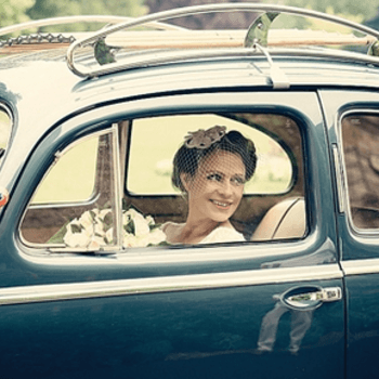 Novia llegando a la ceremonia en el coche nupcial.