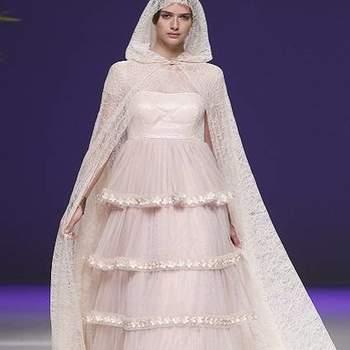A coleção 2013 de vestidos de noiva Carla Ruiz aposta nas capas como acessório indispensável e nas cores para criar looks diferentes e contemporâneos! Veja os diferentes e modernos modelos!