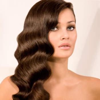 Cheveux ondulés et bien coiffés : le top pour une mariée élégante. Crédit : sposamania.it