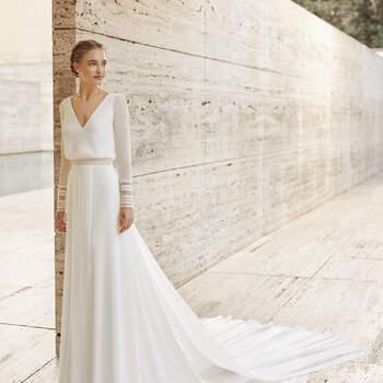 O modelo Elisem é moderno, boémio e atual, emanando estilo e elegância com o seu design tipo blusa. Leve e cómodo, possui um corpo liso e renda desenhada sobre vaporosas mangas compridas. | Rosa Clará Couture 2021