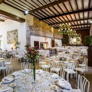 A poco más de media hora de Madrid, se encuentra esta finca, el lugar ideal para una boda campestre y cosmopolita al mismo tiempo. Además, el equipo de El Laurel Catering hará que tu boda sea inolvidable para todos.