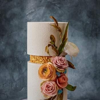 Foto: Anastasiya Tolstih - Pastel de boda elegante con flores artificiales