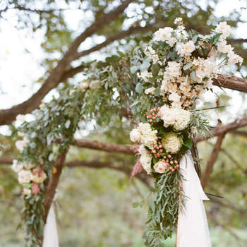 Arco con flores silvestres y tul. Credits: Mint Photography