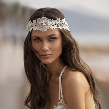 Vestido com toque de romantismo boémio, com camadas de renda em cascata, corpo inspirado em lingerie e delicadas alças cruzadas com pedraria. | Modelo Grahame Pronovias 2021 Cruise Collection