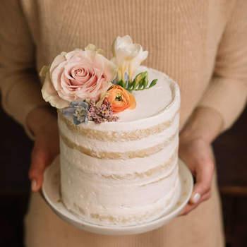 Um visual doce e singelo para uma verdeira delicia de bolo de casamento | Créditos: Bakewell |  Fotografia ninho