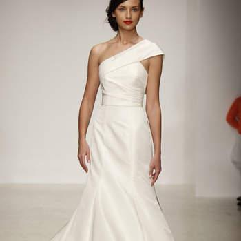 Vestido de novia corte sirena, escote a un hombro y ajustado por la cintura