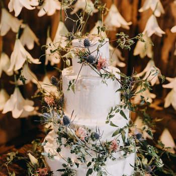 Inspiração para bolos de casamento de 3 andares | Créditos: Emily Delamater Photography