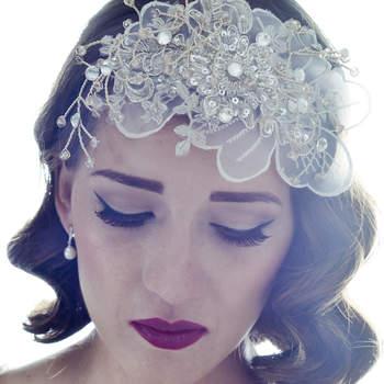 Diadema con aplicación de seda, cristales y swarovskis en tonos plata. Acompañan tu look de una manera femenina si tu vestido y el total look es vintage o romántico.
