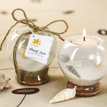 Un brin vintage, ces bougies se fondront à merveille sur une table de mariage champêtre et nature. Source : weddinggdpotonline.com